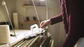 Femme créative préparant la machine de tissage pour le travail dans l'atelier de textile banque de vidéos