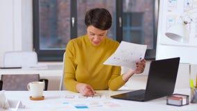 Femme créative travaillant à l'interface utilisateurs au bureau banque de vidéos
