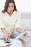 Femme craintive faisant ses comptes image libre de droits