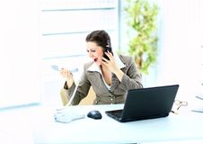 Femme criant dans le téléphone devant un ordinateur portatif Photos libres de droits