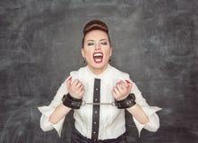 Femme criarde d'affaires avec des menottes sur ses mains Images libres de droits