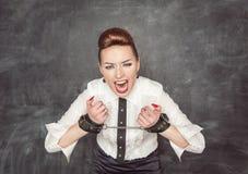 Femme criarde d'affaires avec des menottes sur ses mains Photos stock