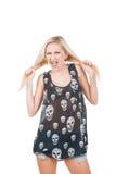 Femme criarde dans le T-shirt de crâne Photographie stock