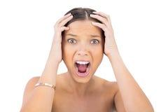 Femme criarde tenant des mains sur la tête Photographie stock libre de droits