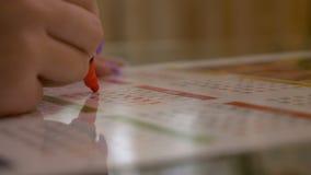 Femme croisant outre des jours de son concept de naissance de contrôle de planification de règles sur un calendrier avec le rouge banque de vidéos