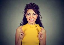 Femme croisant ses doigts, espérance, faisant un souhait photographie stock libre de droits