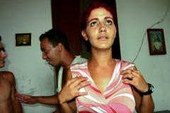 Femme cubaine priant pour voir son mari bientôt, La Havane au Cuba Photographie stock libre de droits