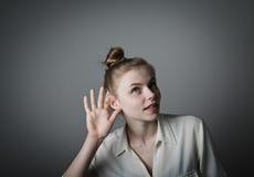 Femme curieuse dans le blanc image libre de droits