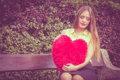 Femme déçue avec le grand coeur rouge Photographie stock
