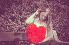 Femme déçue avec le grand coeur rouge Photos libres de droits