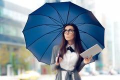 Femme déçue avec les verres, la Tablette et le parapluie dans la ville image stock