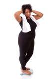 Femme déçue d'Afro-américain employant une échelle - peo africain photo libre de droits