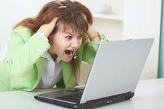 Femme déçue par des rapports dans l'Internet Images stock