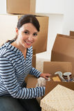 Femme déballant la boîte mobile Images stock