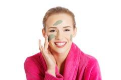 Femme décontractée avec un masque protecteur nourrissant Image libre de droits