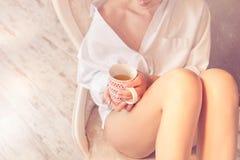 Femme décontractée buvant d'un thé à la maison image libre de droits