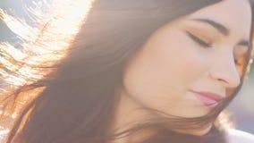 Femme décontractée de beauté paisible se dorer vent de cheveux du soleil banque de vidéos