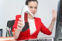 Femme décontractée et gagnante d'affaires s'asseyant avec ses jambes sur le bureau photo stock