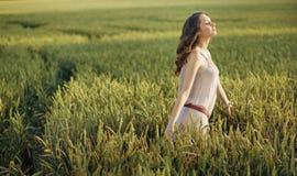 Femme décontractée sur le champ de maïs Photos libres de droits