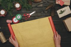 Femme décorant des cadeaux de Noël Images libres de droits