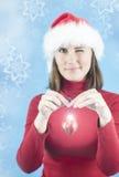 Femme décorant l'arbre de Noël Image stock