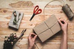 Femme décorant le cadeau de Noël Photo libre de droits