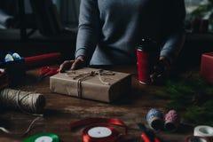 Femme décorant le cadeau de Noël Image libre de droits