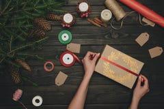 Femme décorant le cadeau de Noël Photos libres de droits