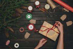 Femme décorant le cadeau de Noël Photo stock