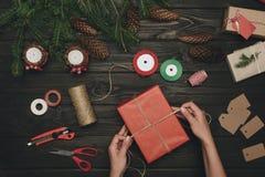 Femme décorant le cadeau de Noël Images libres de droits