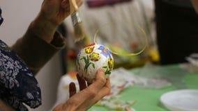 Femme décorant le jouet de Noël à la leçon d'art et de métier, passe-temps créatif banque de vidéos