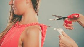 Femme découpant enlevant le prix à payer de panneau de label Photographie stock libre de droits