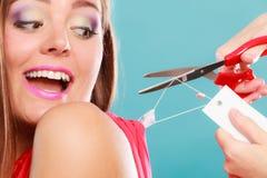 Femme découpant enlevant le prix à payer de panneau de label Photo stock