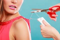 Femme découpant enlevant le prix à payer de panneau de label Image stock