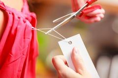 Femme découpant enlevant le prix à payer de panneau de label Images libres de droits