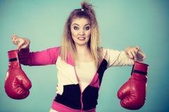 Femme dégoûtée tenant le gant de boxe Images libres de droits