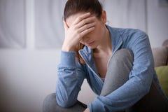 Femme déprimée à la maison photographie stock