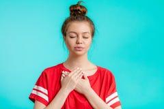 Femme déprimée émotive tenant ses paumes sur le sein photo libre de droits