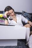 Femme déprimée avec de l'alcool Photo stock