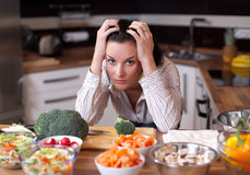 Femme déprimée et triste dans la cuisine Photographie stock