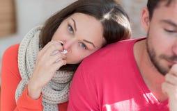 Femme déprimée malade se penchant sur l'épaule de son ami Image libre de droits
