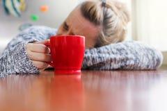 Femme déprimée s'étendant sur un bureau Image libre de droits