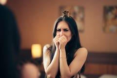 Femme déprimée triste pleurant dans le miroir images libres de droits