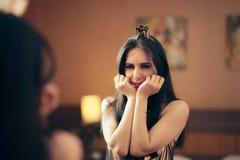 Femme déprimée triste pleurant dans le miroir image stock
