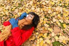 Femme déprimée triste pleurant l'automne image libre de droits