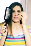 Femme désespérée au sujet de la perte des cheveux images stock