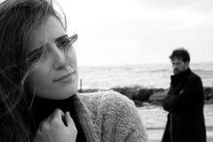 Femme désespérée triste avec l'ami fâché la regardant noire et blanche Image stock