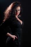 Femme désirée de brune posant dans le corset en cuir Photo stock