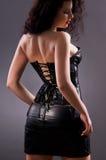 Femme désirée de brunette posant dans le corset en cuir Photos stock