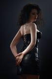Femme désirée de brunette posant dans le corset en cuir Photo stock